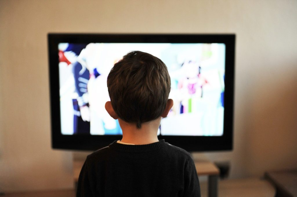 Addicted to the news - Child watching TV - Coronavirus and mental health